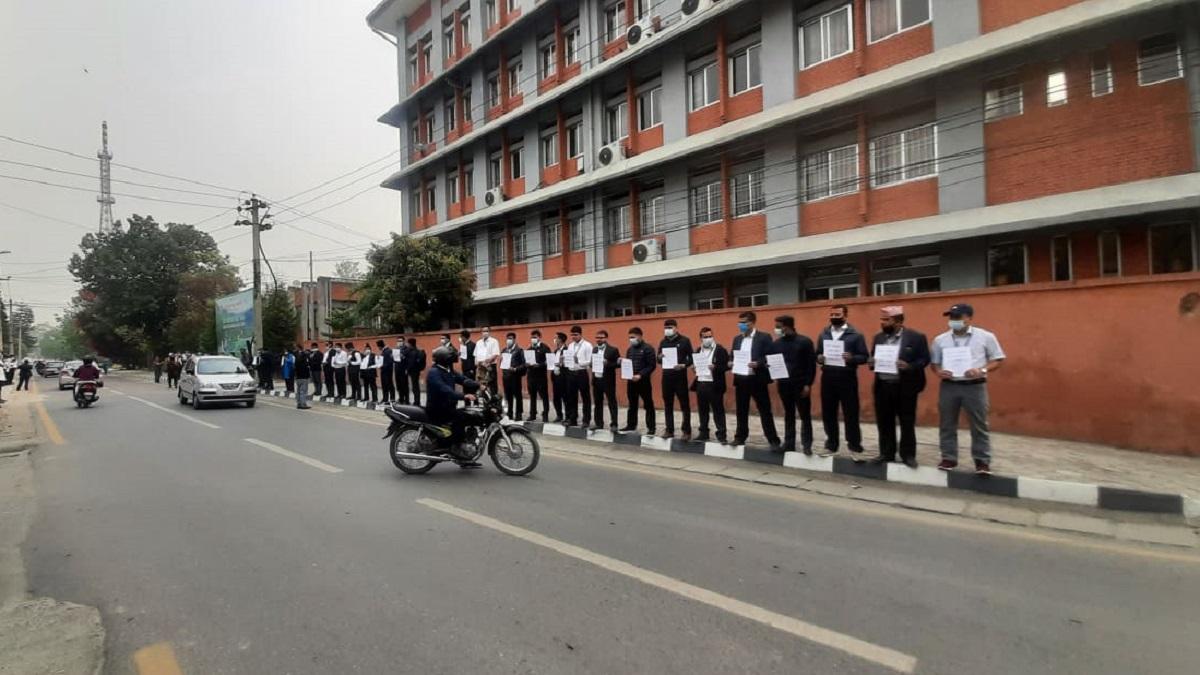 पाँचबुँदे माग राख्दै सिंहदरबारमा कर्मचारीको आन्दोलन