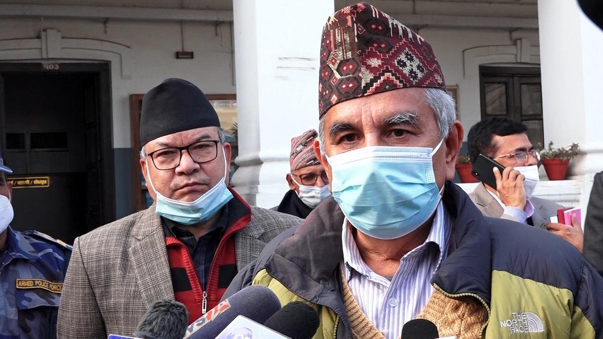 प्रधानमन्त्री ओलीलाई कारवाही गरेको पत्र बोकेर आयोग पुगे दाहाल–नेपाल